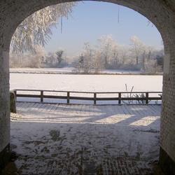 oude poort met winterzicht op vest