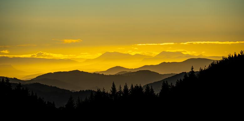 Good Morning Mountains - Zonsopkomst in de bergen waar het licht en schaduw mooie lagen creeren.<br /> <br /> Deze ook weer met de nieuwe telelens g