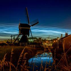 Lichtende wolken achter molen Ter Leede