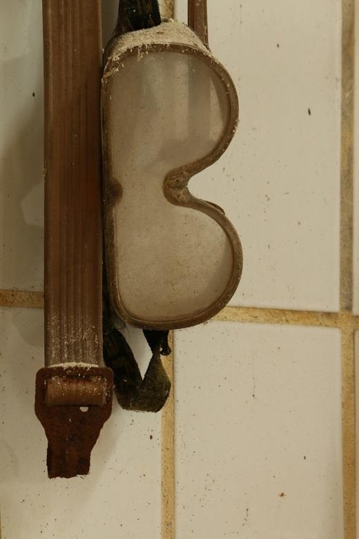 Stofbril met stof - Een stofbril die stoffig werd in een oude verlaten fabriek. Bijna een stilleven, urbex locaties hebben vaak leuke details
