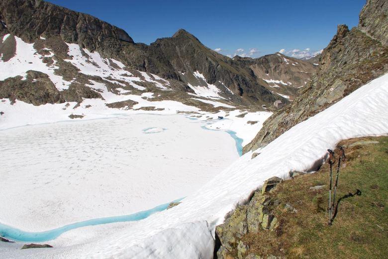 Onderweg naar de Erlanderhütte - Zomer wandeling in het Pitztal in Oosterijk met onder het besneeuwde Wintersee.