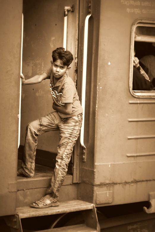 Singalees ventje - Een doordringende blik van stoer Singalees 'ventje' tijdens een tussenstop van een trein op het Benota Railway Station(Sr