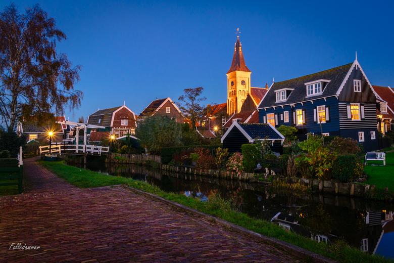 Blauwe uurtje op Marken - Kerkbuurt op Marken tijdens het blauwe uurtje. <br /> Dit was op het tijdstip waarop de toeristen allemaal al lang naar hui
