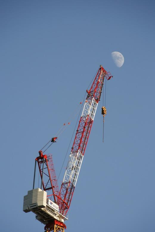 Maastoren - Hier een foto van uit onze tuin genomen.<br /> de hijskraan van de Maastoren in aanbouw.<br /> Ik vond de maan er zo leuk achter staan!