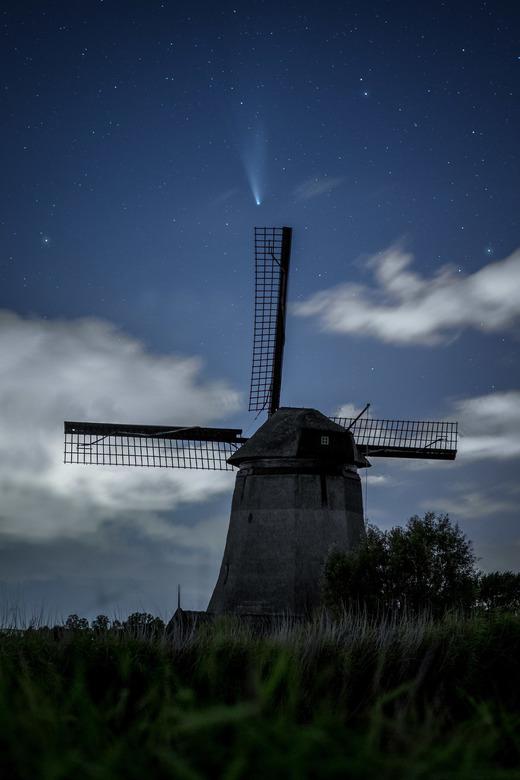 komeet Neowise en windmolen - De komeet NEOWISE boven een molen in Noord-Holland. De komeet was op dit moment al minder fel dan voorheen, maar met een