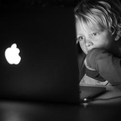 Jongen achter laptop