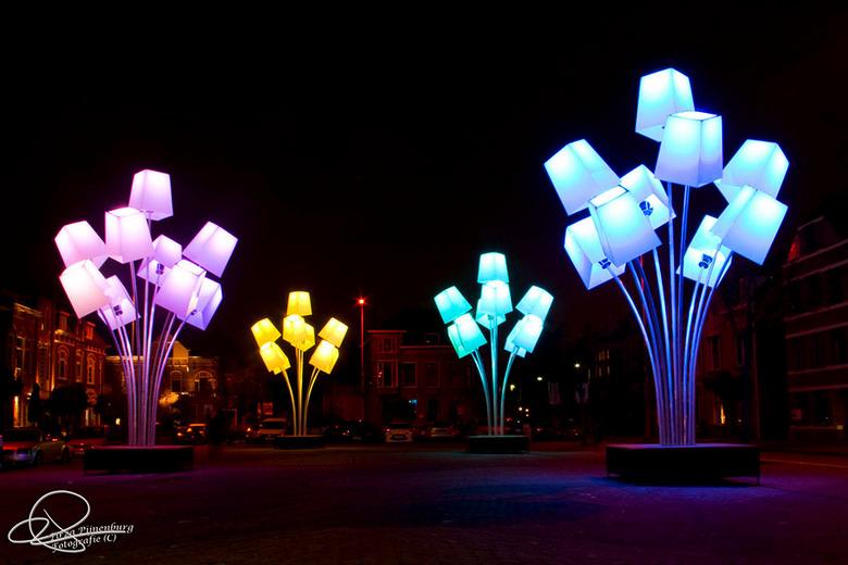 Glow Eindhoven 2012 III - Prachtige licht objecten die zachtjes deinden in de wind.