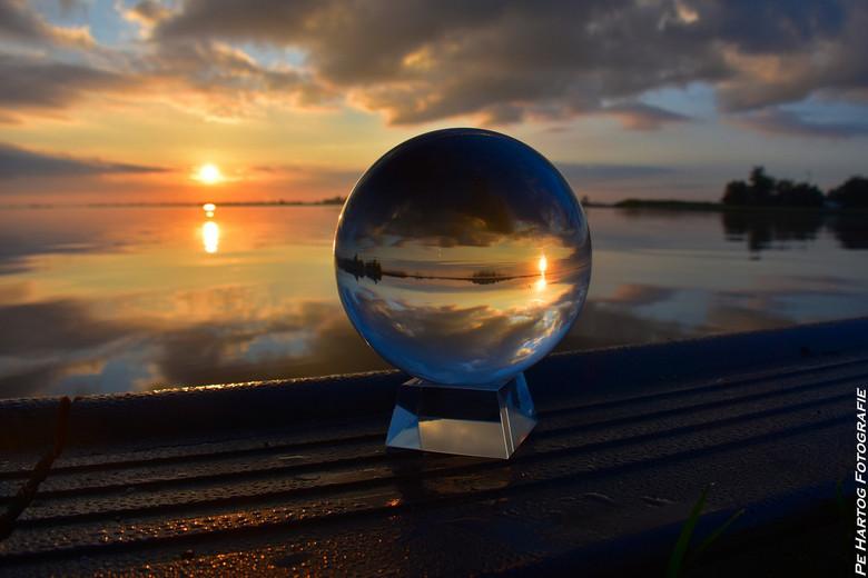 Dubbele sunrise - Een dubbele Sunrise door middel van een glazen bol.