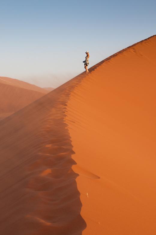 ff uitwaaien - ff uitwaaien op een duinrand in de zinderende woestijn