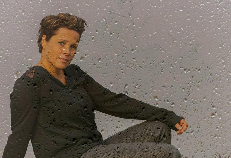 Zie de regen - Dubbelopname door ruit met druppels