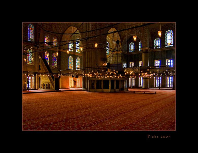 Patronen in de blauwe moskee - Dit is wederom een foto uit de blauwe moskee in Istanboel. Ik werd getroffen door de mooie lijnen in het tapijt. Het ge