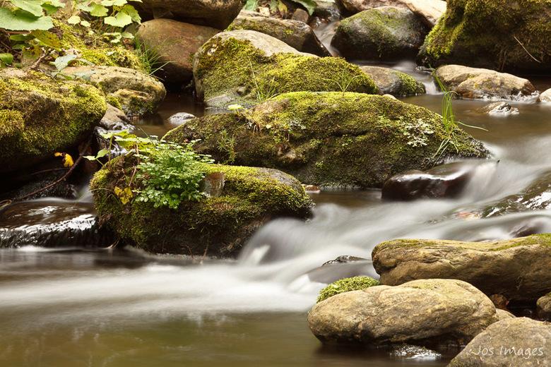 Go with the flow - Altijd leuk om bezig te zijn met fotografie bij een stromend beekje en/of watervalletje.<br /> Heb een leuke serie kunnen maken.<b