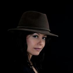Model met hoed