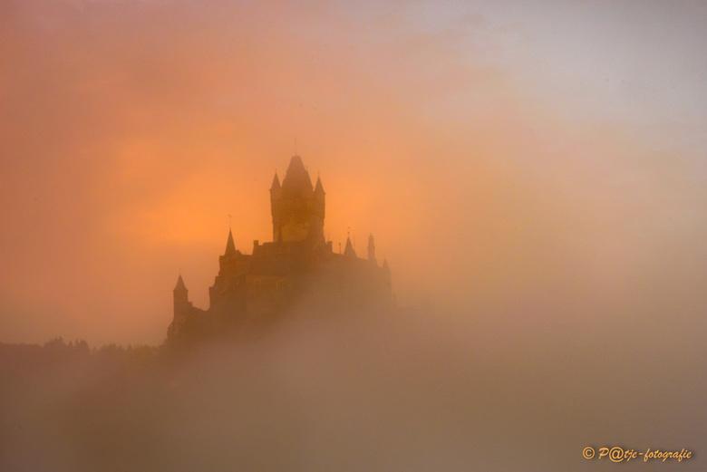 Burcht van Cochem - De burcht van Cochem in de mist in het ochtend zonnetje.