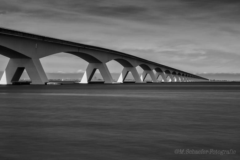 Zeelandbrug - De vaak op de foto gezette Zeelandbrug, dit maal in zwart wit.