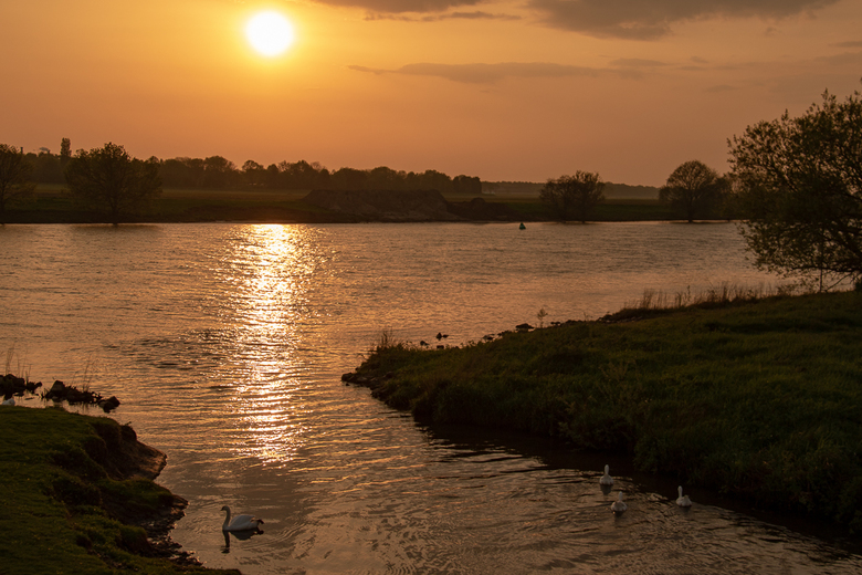 Zonsondergang Maas Wellerlooi - Gisteravond aan de Maas na een onweersbui toch nog enkele minuten kunnen genieten van een fraaie zonsondergang!