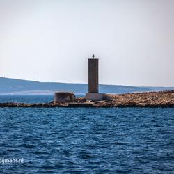 Baken in zee op een eiland voor eiland Krk