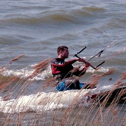 Kytesurf op de Zuiderdijk in Bovenkarspel