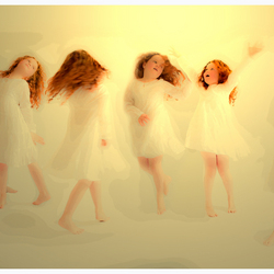 Dansend beweegt ze vol vreugde in haar eigen wereld...