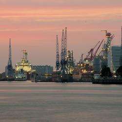 Schiedam gezien vanuit Pernis bij zonsondergang