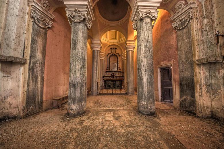 Chiesa San G del B - Deze verlaten kerk staat in een prachtig italiaans dorpje. Hier hebben we een stop gemaakt tijdens onze urbex italie tour.<br />