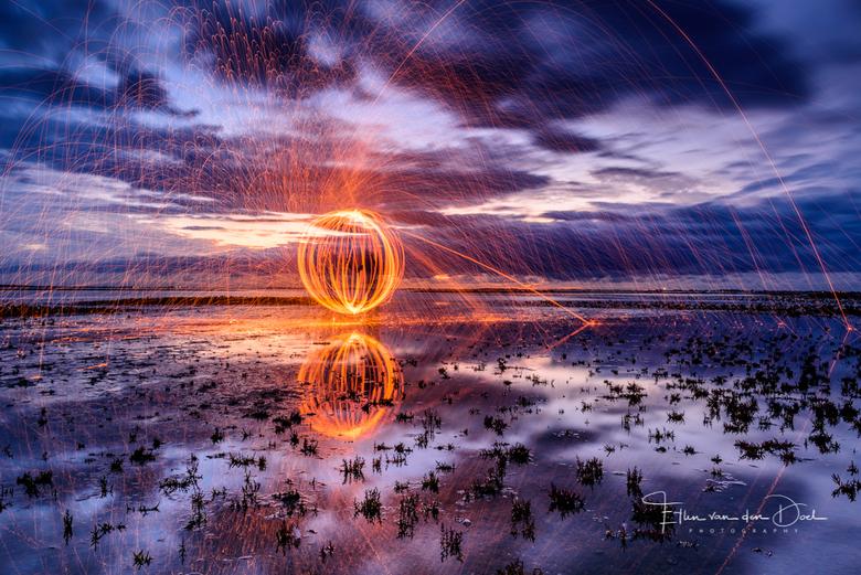 """Light up - Er gebeuren rare dingen wanneer het donker wordt.... <img  src=""""/images/smileys/wilt.png""""/>"""
