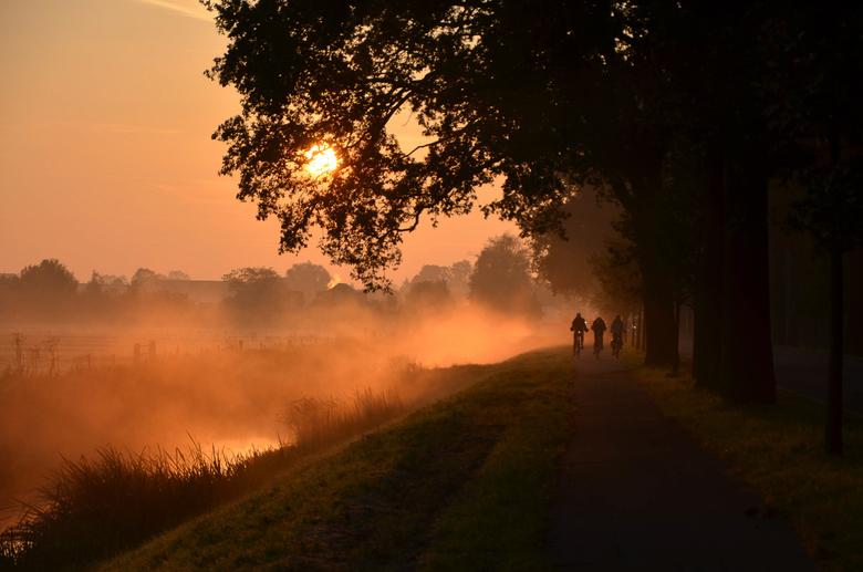 Naar school - Drie fietsers doemden plots op uit de ochtend mist.
