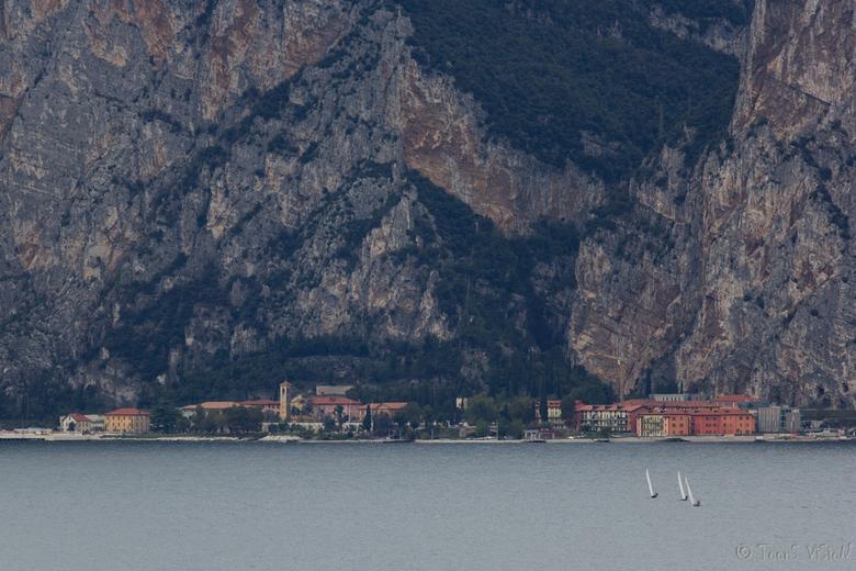 Zeilen op het Gardameer - Foto is genomen vanaf Castello Scaligero di Malcesine, uitaard aan het Gardameer.<br /> <br /> Op- of aanmerkingen hoor ik