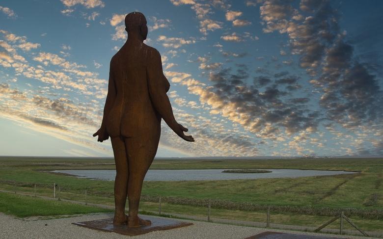 Wachten op hoogwater - Wachten op hoog water een kunstwerk van Jan Ketelaar.<br /> De eerste vrouw is geplaatst de volgende is later geplaatst.<br />