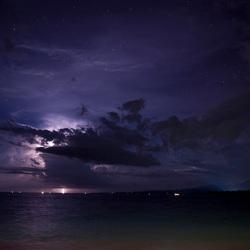 Storm tegen sterrenhemel