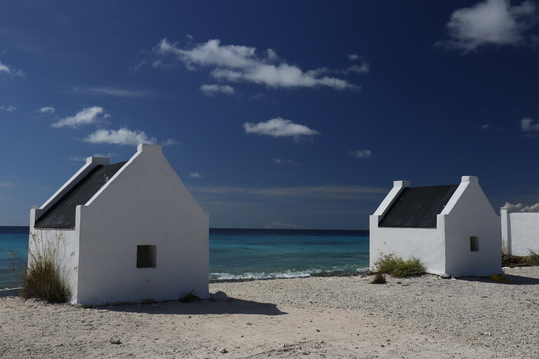 Antillen 7 - Als een soort van dorpje met mini-huisjes staat deze herinnering aan een gruwelijk verleden nog overeind.