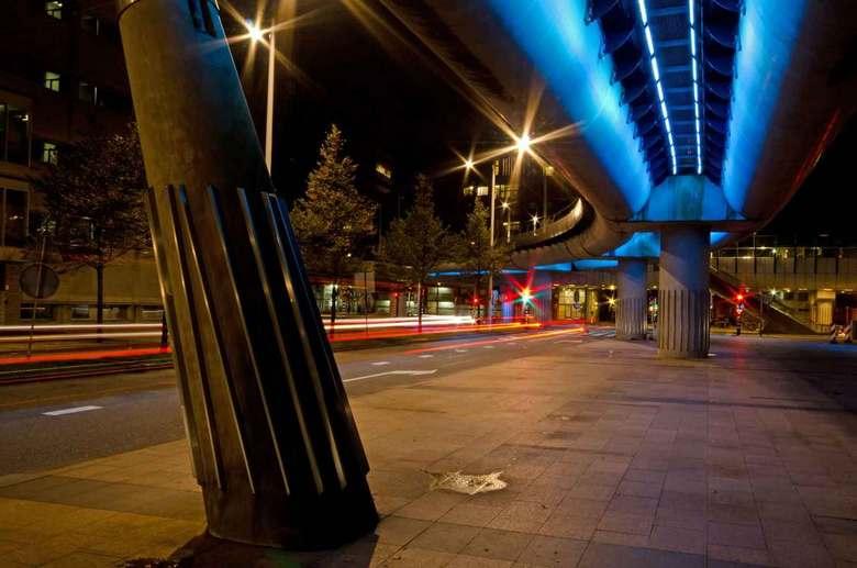 Viaduct randstadrail in Beatrixkwartier te Den Haag - Het door led lampen verlichte viaduct van de Randstadrail in het Beatrixkwartier van Den Haag