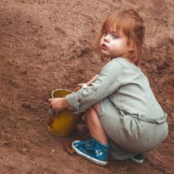 Clara speelt in het zand, Mammie geeft de volledige prent een 'aardetint look'