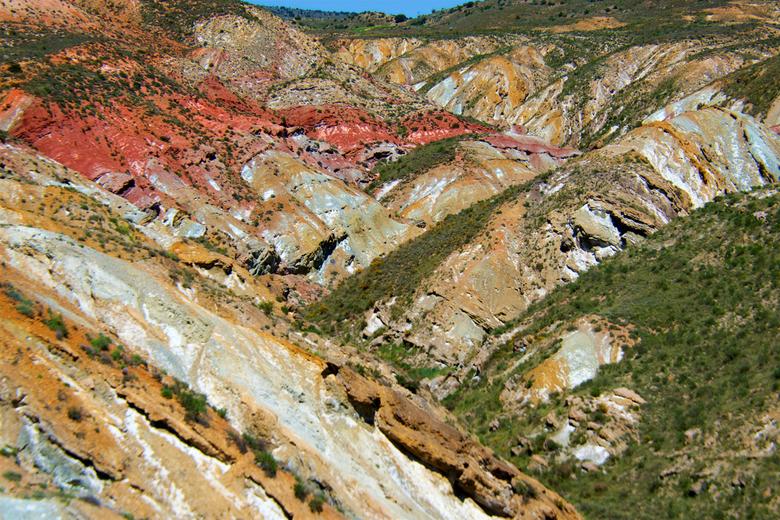 kleuren - Dag 35:<br /> <br /> Na de bergen kwamen we in Teruel, het landschap was weer veranderd, afgesleten vulkaanbergen met heel veel verschille