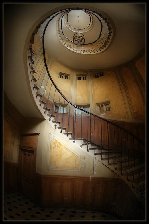 La Cage d'Escalier - Een trappenhuis ergens achter een openstaande deur in de Galerie Vivienne te Parijs. Met de fisheye kon het er maar net op. HDR u