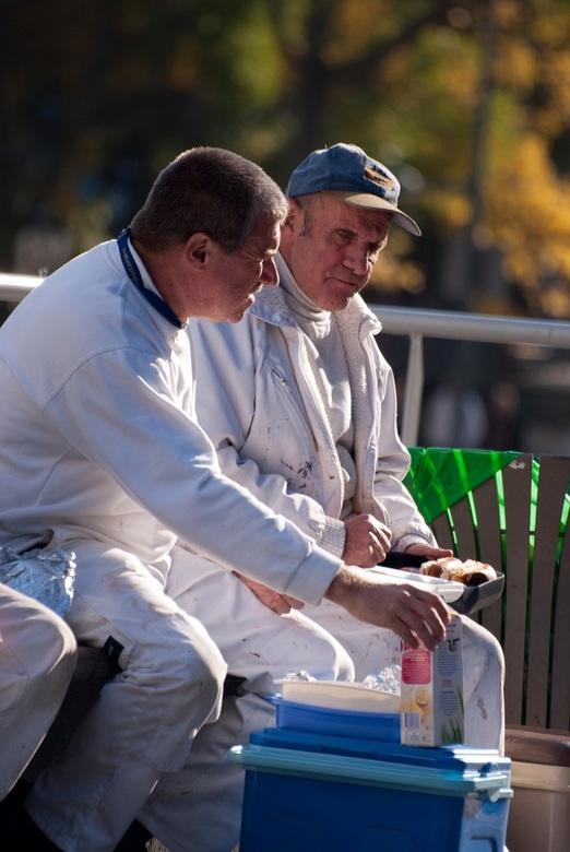 Have a break - Voor de portretopdracht trof ik deze twee mannen aan tijdens hun lunch in Ceramique Maastricht