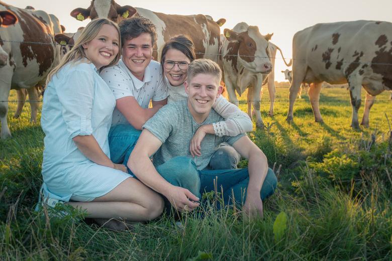 Familieportret - Fotoshoot van vrienden. Tijdens het fotograferen kwamen de koeien naar ons toe gelopen. Dit leverde een leuk beeld op.