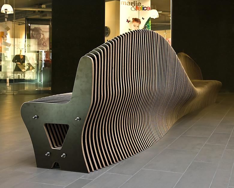 """Da Vinci Alphen a/d Rijn 9 - In de hal van het winkelcentrum staat een 5 meter lange bank gemaakt door Daan Kempen genaamd """"de ruggegraat."""""""