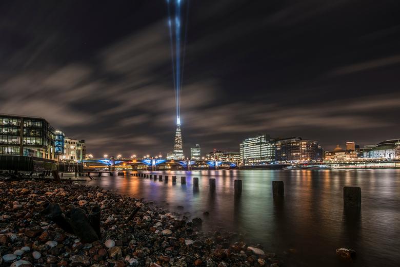 Het financiële hart van Europa - De rivier de Thames tijdens eb met de Southwark Bridge en The Shard in de City of London.