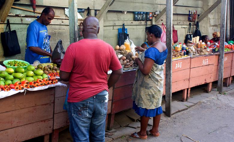 Suriname, markt Paramaribo - De dagelijkse markt in Paramaribo is een echte belevenis. Er gebeurt daar van alles. Alle Surinamers komen er en dat maak