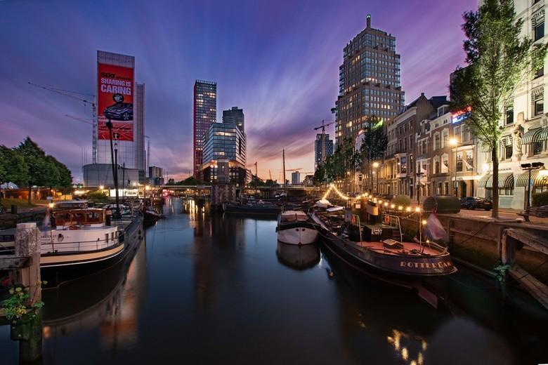 LE cityscape hartje Rotterdam - Al lang had ik dit plaatje in gedachte maar het was wachten op de goede richting van de wolken tijdens zonsondergang m