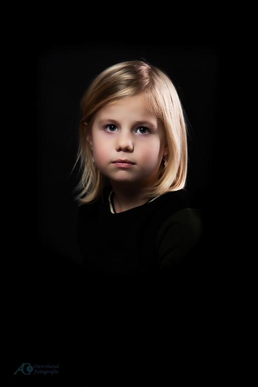 Lizzy - Een portret waar de uitdrukking centraal moest staan en een stevig contrast moest hebben. De nabewerking iets verder doorgevoerd dan normaal o