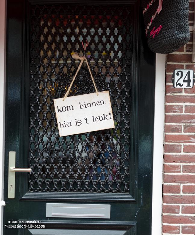 ben benieuwd.. - Fotografie dichtbij huis.<br /> Lopend door Maassluis kwam ik dit bordje tegen.<br /> Ik was toch wel benieuwd wat er nu achter die