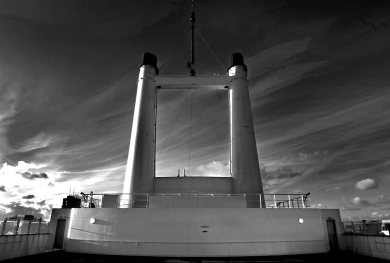 ss rotterdam VII - De schoorstenen van de Rotterdam.<br /> Door de schoorstenen ver naar achteren te plaatsen kwam er nagenoeg geen roet op het achte