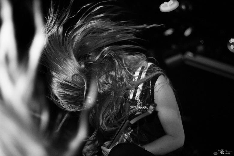 Hair Spin - Hier is gitariste Arianne te zien die headbangend een mooie Hair Spin achterlaat op mijn gemaakte plaat.
