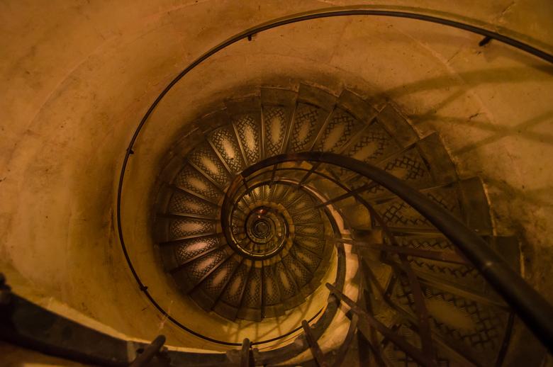 Spiral stairway - Trap van boven naar beneden gefotografeerd in de toren van de Arc de Troimphe in Parijs.