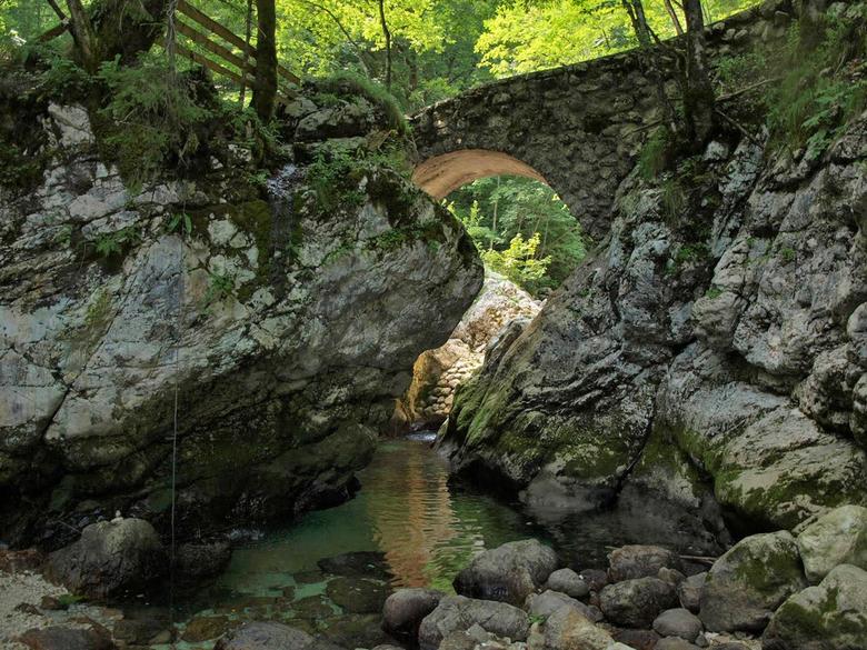 Bruggetje over beek, Ukanc, Slovenië - Bruggetje over beek bij startpunt wandelpad naar Savica-waterval, Ukanc, Slovenië