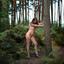 Naakt op hoge hakken in het bos