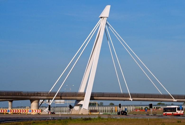 """De snelbinder  - Deze nieuwe fietsbrug """"de snelbinder"""" verbind 3 fietspaden met elkaar. De brug loopt over het nieuwe Vlietpolderplein, een"""