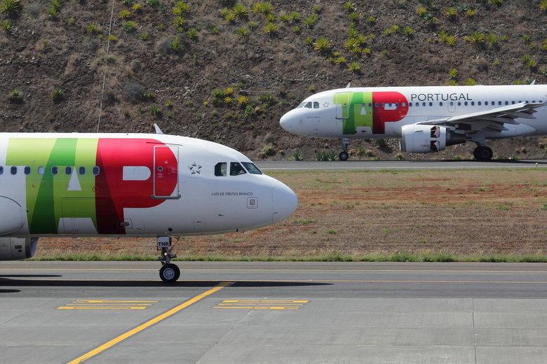 vliegtuigduo Madeira airport - TAP is niet zo top. We hadden totaal maar 15uur vertraging..... Volgende keer gewoon weer KLM dus.